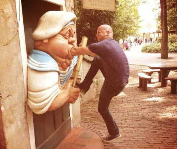having-fun-with-statues (25)