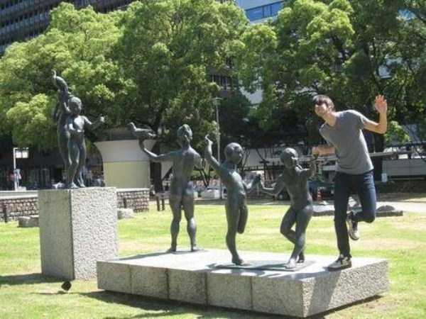 having-fun-with-statues (26)