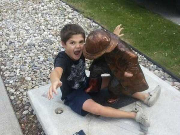 having-fun-with-statues (28)