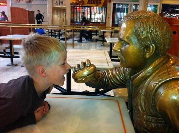 having-fun-with-statues (29)