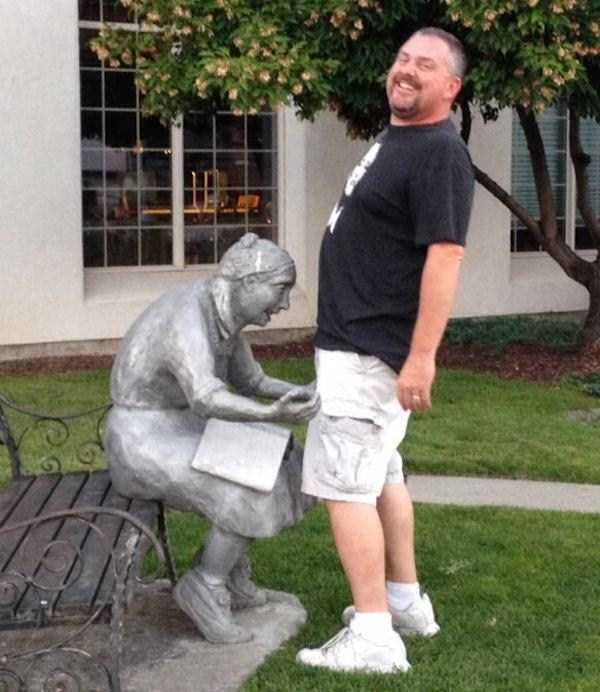 having-fun-with-statues (31)