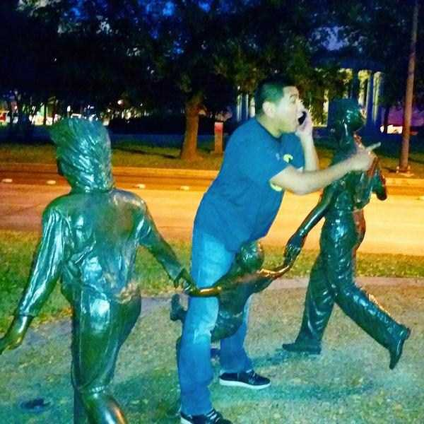 having-fun-with-statues (32)