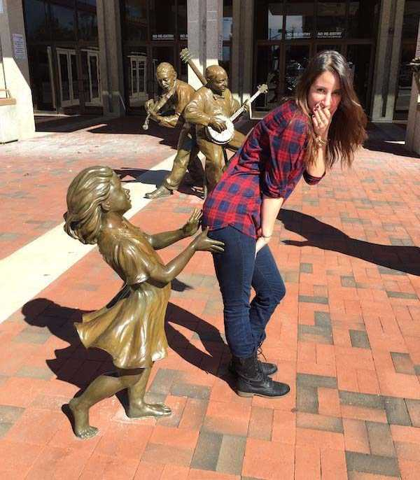 having-fun-with-statues (33)