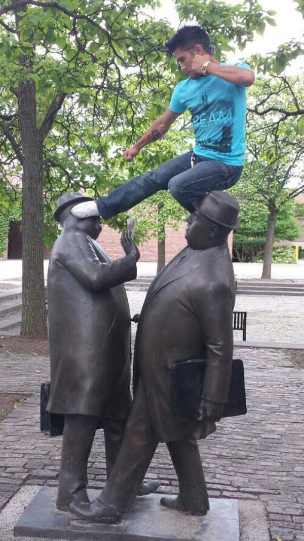 having-fun-with-statues (4)