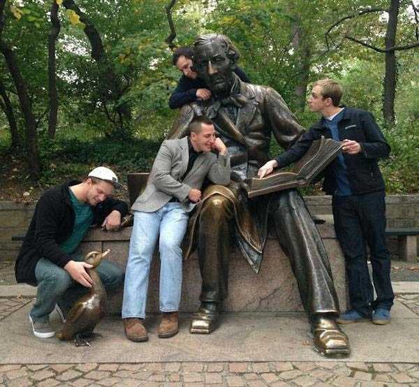 having-fun-with-statues (42)