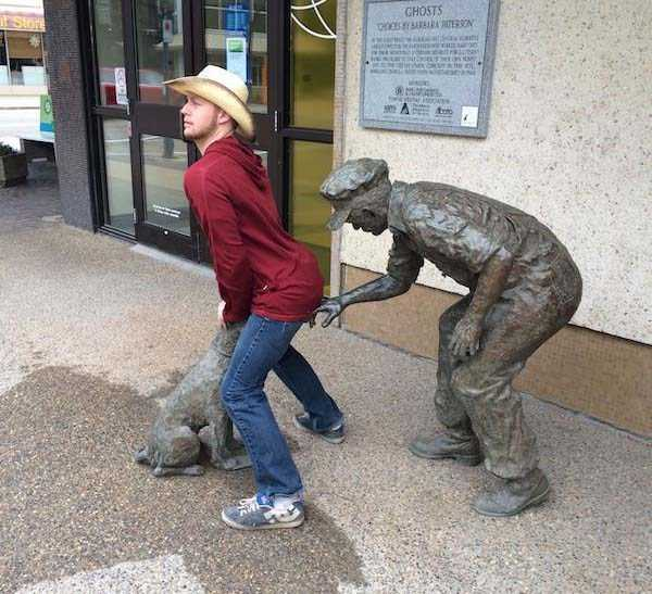 having-fun-with-statues (49)