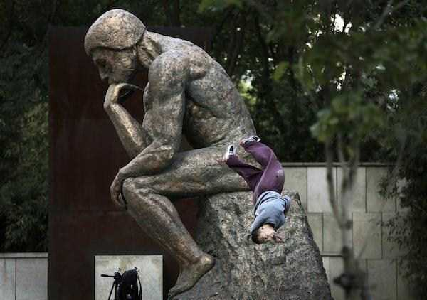 having-fun-with-statues (51)