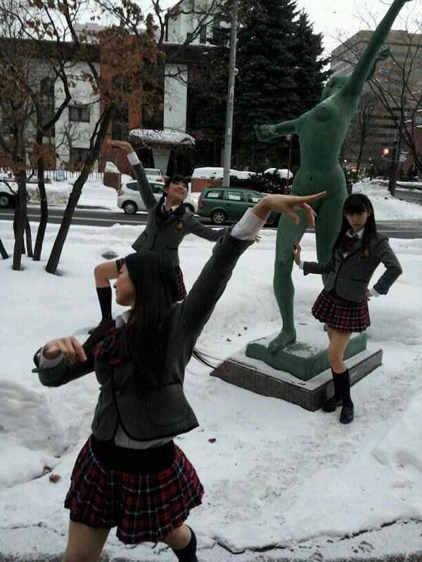 having-fun-with-statues (53)