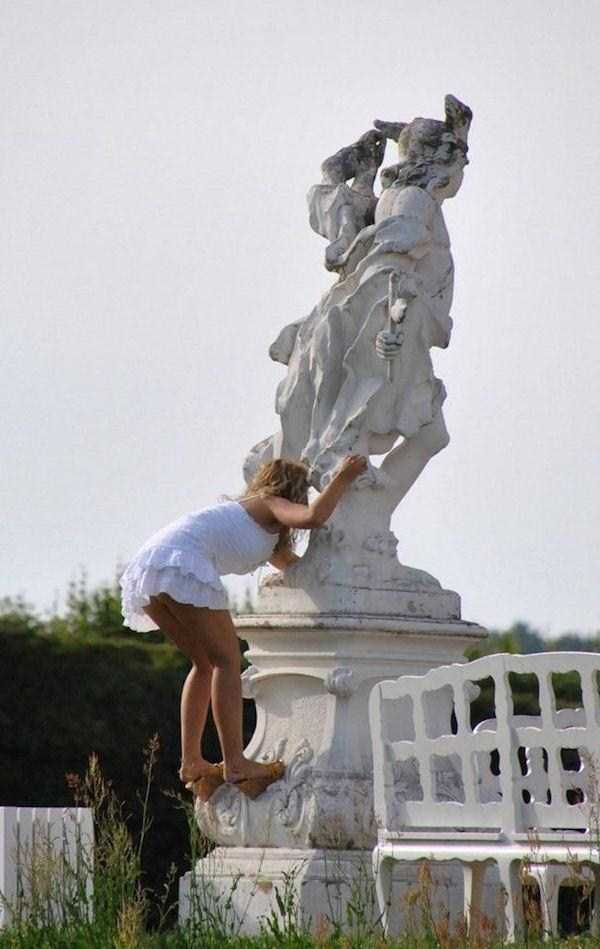 having-fun-with-statues (55)