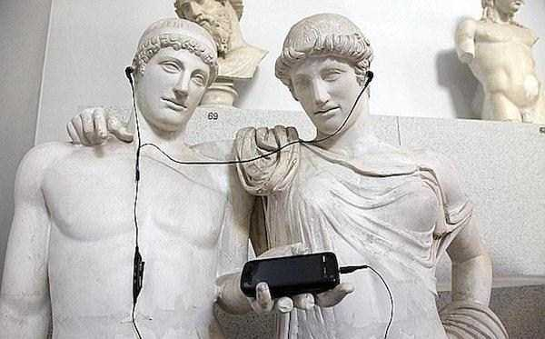 having-fun-with-statues (59)
