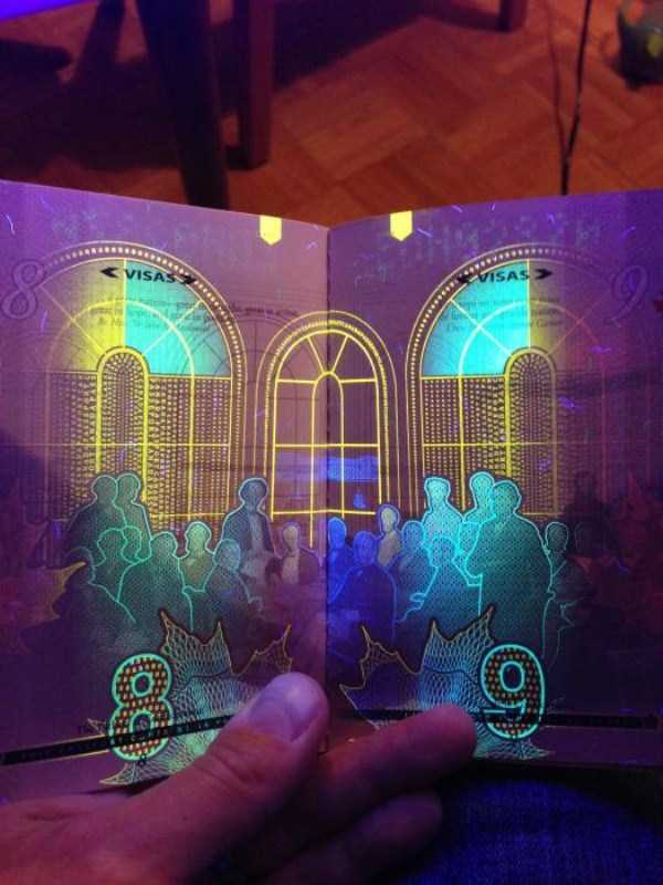 new-canadian-passport-under-ultraviolet-light (8)