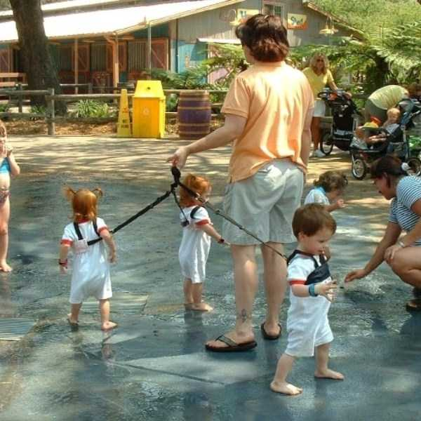 kids-on-leashes (40)