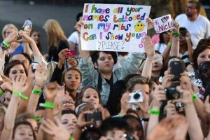 25 Funny and Creative Concert Signs (25 photos) 19