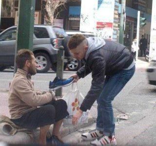 A Generous Guy Surprises Homeless Man (4 photos)