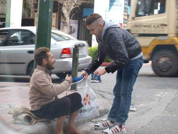 new-pair-of-sneakers-for-homeless-man (2)