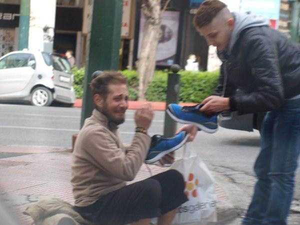 new-pair-of-sneakers-for-homeless-man (4)