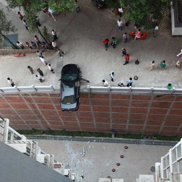 cars-in-bizarre-situations (25)