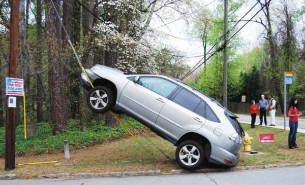 cars-in-bizarre-situations (29)