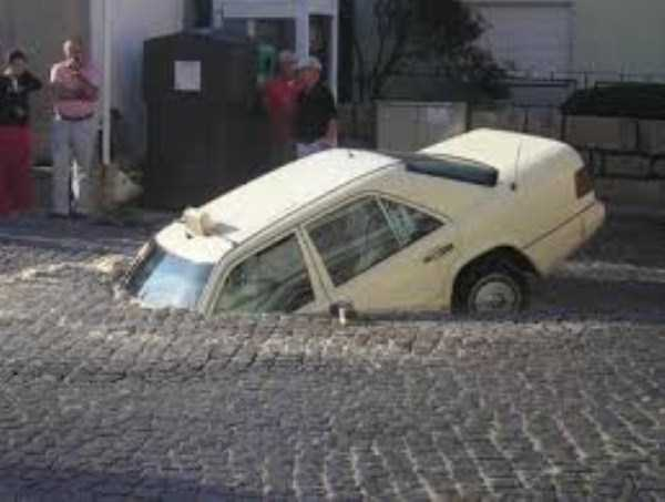 cars-in-bizarre-situations (33)