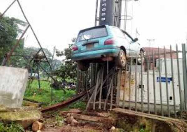 cars-in-bizarre-situations (43)