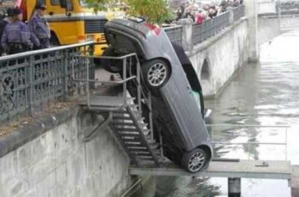 cars-in-bizarre-situations (48)