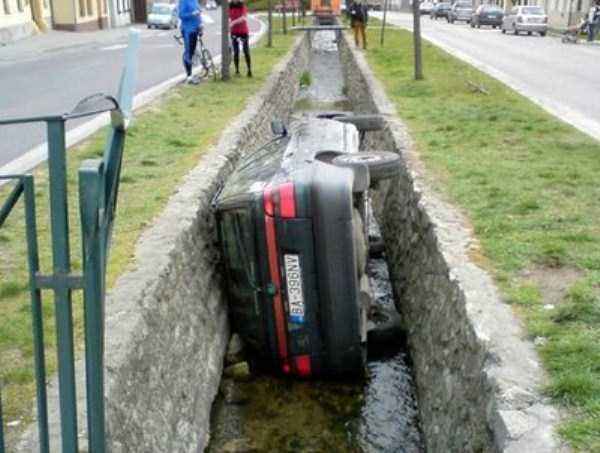 cars-in-bizarre-situations (49)