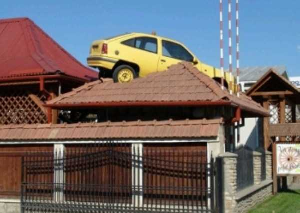 cars-in-bizarre-situations (54)