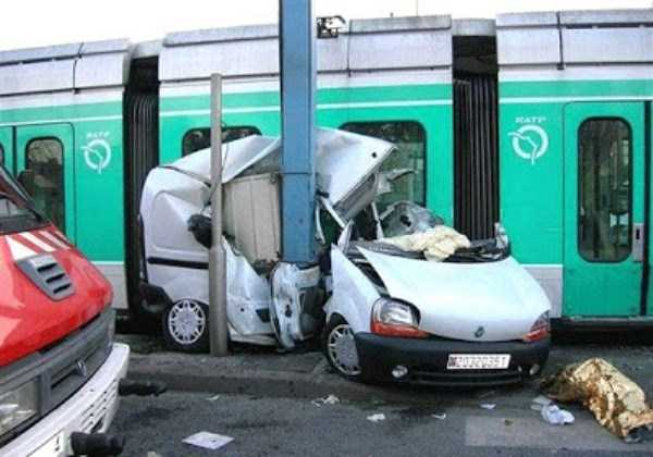 cars-in-bizarre-situations (55)