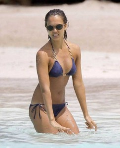 Ravishing Jessica Alba Enjoying the Beach (18 photos) 18