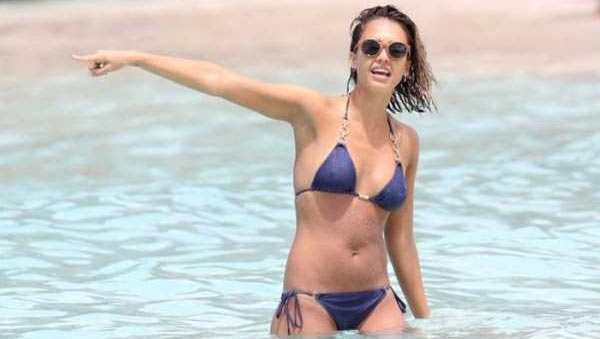 Ravishing Jessica Alba Enjoying the Beach (18 photos) 19
