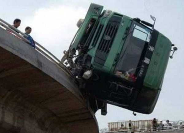 crazy-truck-crashes (13)