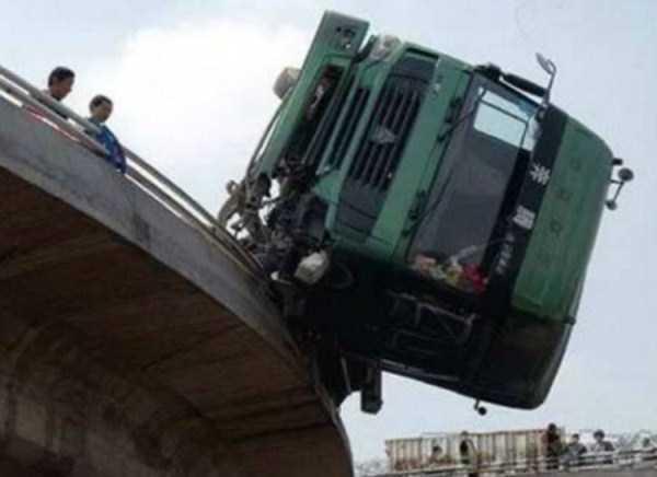 crazy-truck-crashes (13)