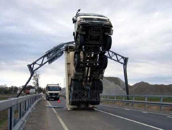 crazy-truck-crashes (37)