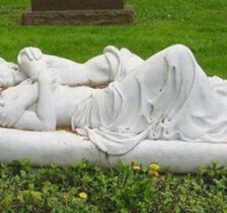 21 Weird But Fascinating Tombstones (21 photos)