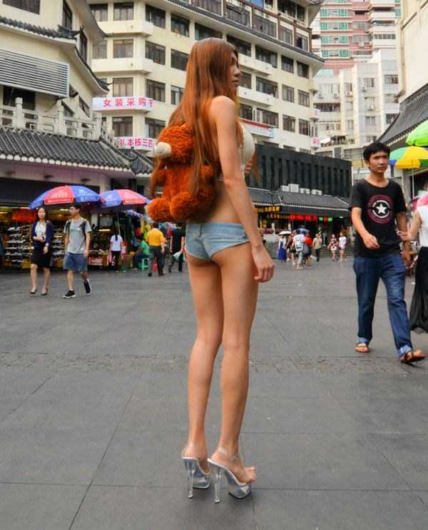 фото девушек в стрингах на улице