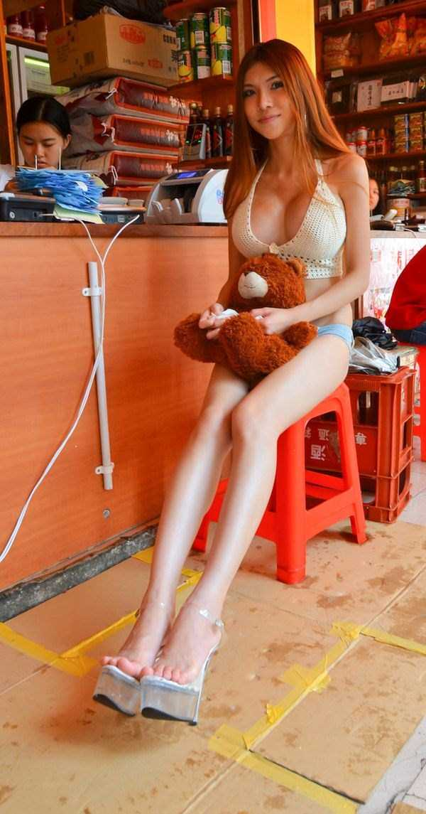 chinese-girl-in-hot-pants (14)