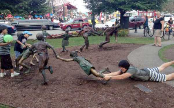 people-having-fun-with-statues (10)