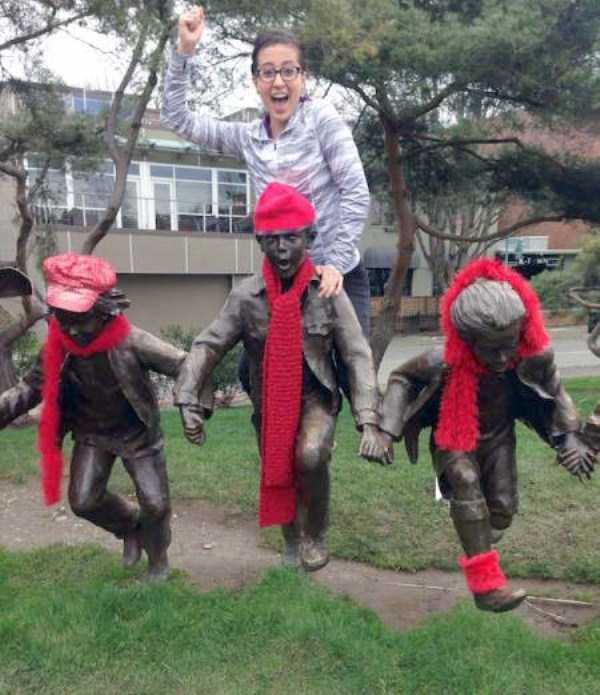 people-having-fun-with-statues (12)