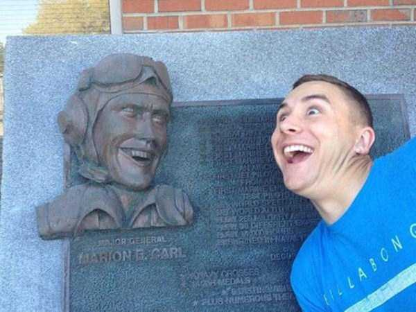 people-having-fun-with-statues (16)