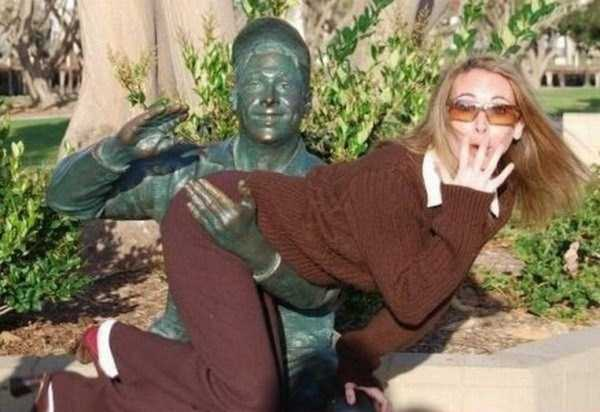 people-having-fun-with-statues (18)