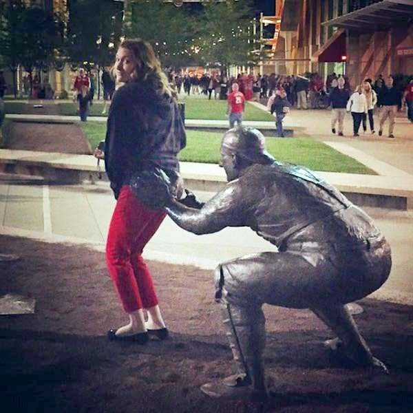 people-having-fun-with-statues (24)