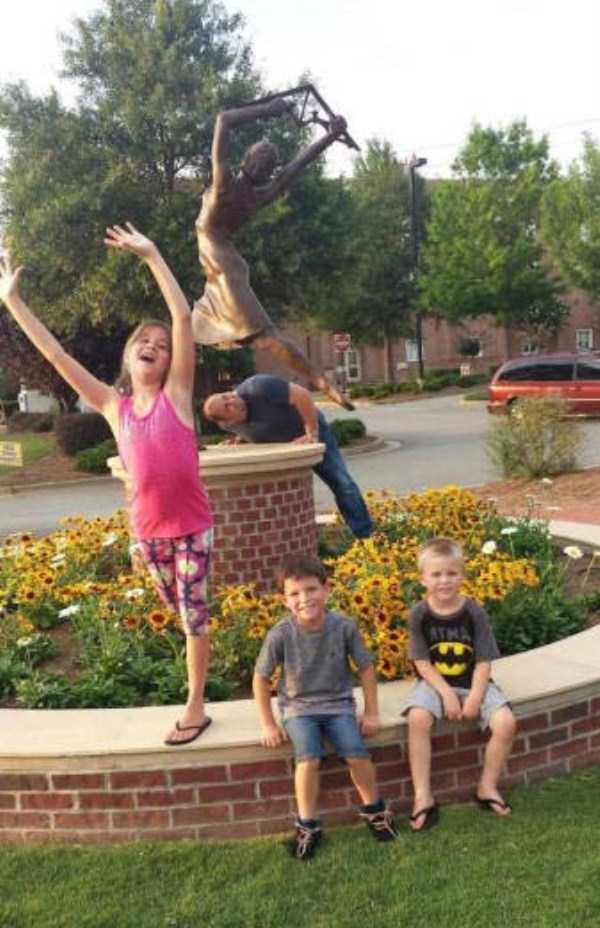 people-having-fun-with-statues (32)