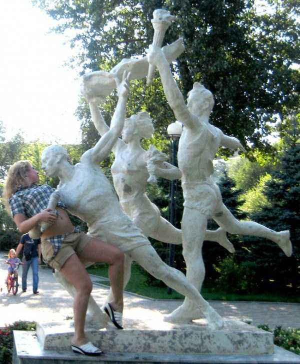 people-having-fun-with-statues (37)