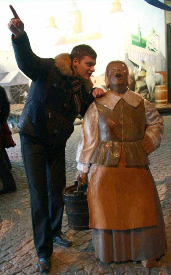 people-having-fun-with-statues (39)