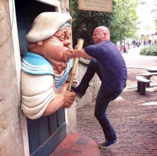 people-having-fun-with-statues (47)