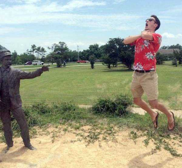 people-having-fun-with-statues (5)