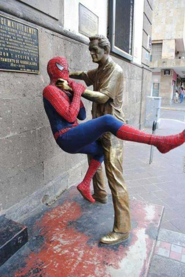 people-having-fun-with-statues (55)
