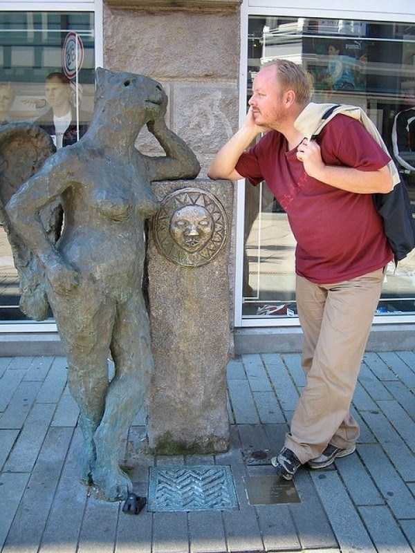 people-having-fun-with-statues (57)