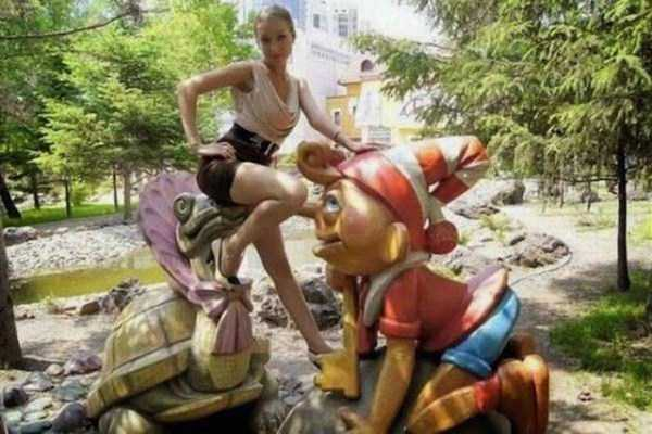people-having-fun-with-statues (60)