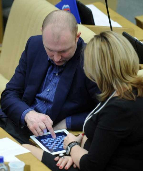 politicians-having-fun-russian-parliament (16)
